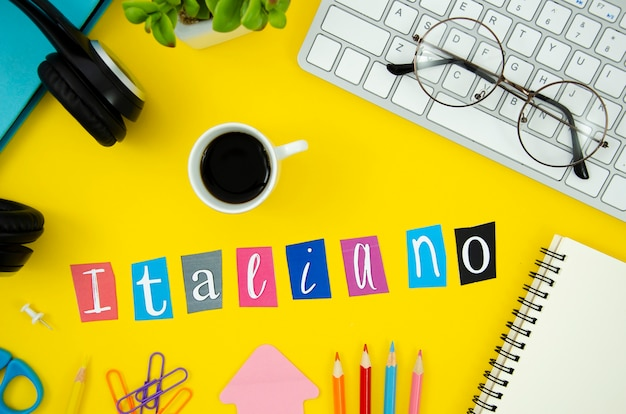 Lettrage italien vue de dessus sur fond jaune Photo gratuit