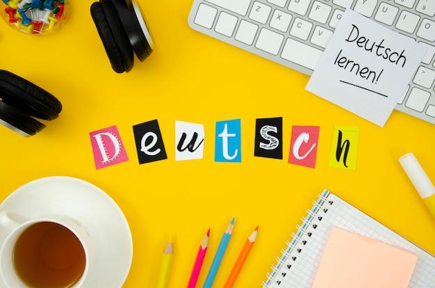 Lettrage néerlandais vue de dessus sur fond jaune Photo gratuit