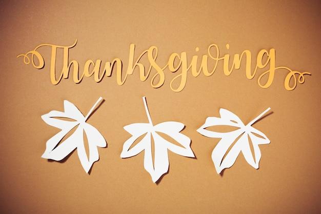 Lettrage de thanksgiving avec des brochures blanches Photo gratuit