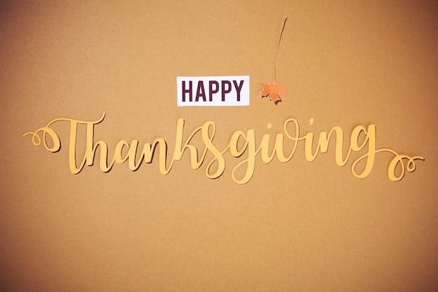 Lettrage de thanksgiving sur fond marron Photo gratuit