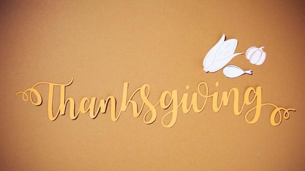 Lettrage de thanksgiving avec papier alimentaire Photo gratuit