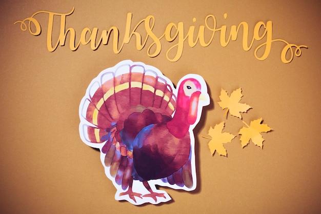 Lettrage de thanksgiving en papier avec de la dinde Photo gratuit