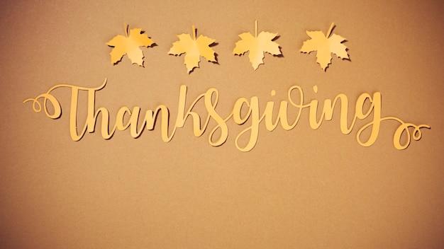 Lettrage de thanksgiving en papier avec de petites brochures Photo gratuit