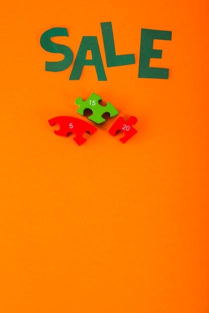 Lettrage de vente de papier sur fond orange Photo gratuit
