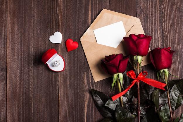 Lettre d'amour enveloppe saint valentin avec bague de fiançailles carte de voeux Photo gratuit