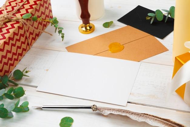 Lettre au père noël avec cachet de cire à cacheter sur table en bois Photo Premium