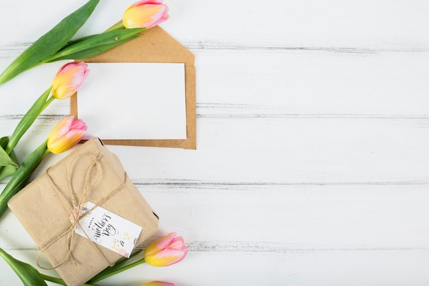 Lettre de cadre avec boîte-cadeau et fleurs de la fête des mères Photo gratuit