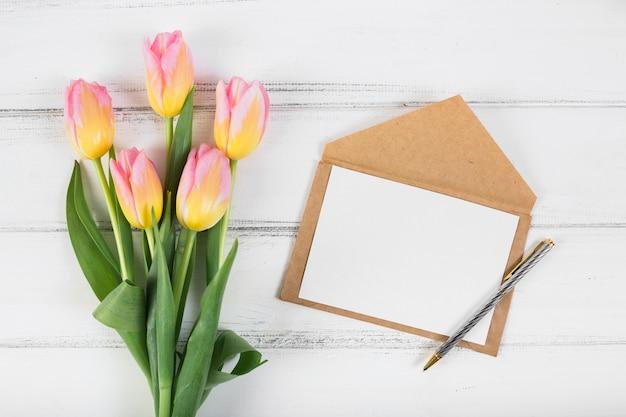 Lettre cadre et bouquet de tulipes Photo gratuit