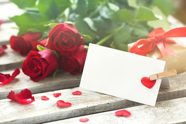Lettre avec une épingle et roses vêtements Photo gratuit