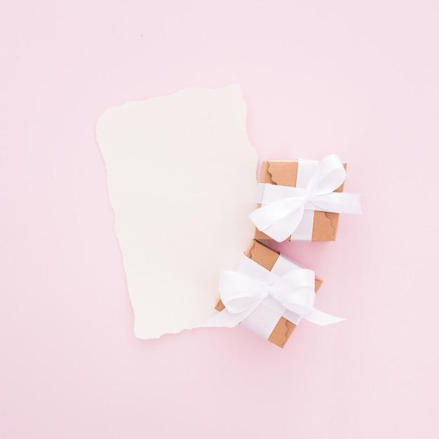 Lettre de mariage faite de teinte rose avec des coffrets cadeaux Photo gratuit