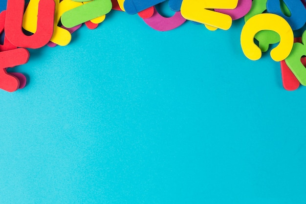 Lettre multicolore ordre aléatoire fond plat lay Photo Premium