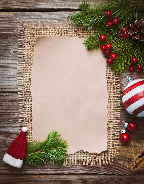 Lettre de noël, liste, félicitations pour un fond en bois. espace libre, maquette du nouvel an. Photo Premium