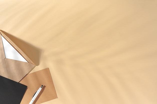 Lettre En Papier Artisanal Sur Fond Beige Vue De Dessus Photo Premium