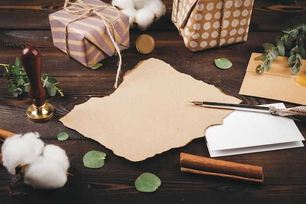 Lettre vide avec une plume sur le vieux fond en bois orné d'objets de noël Photo Premium
