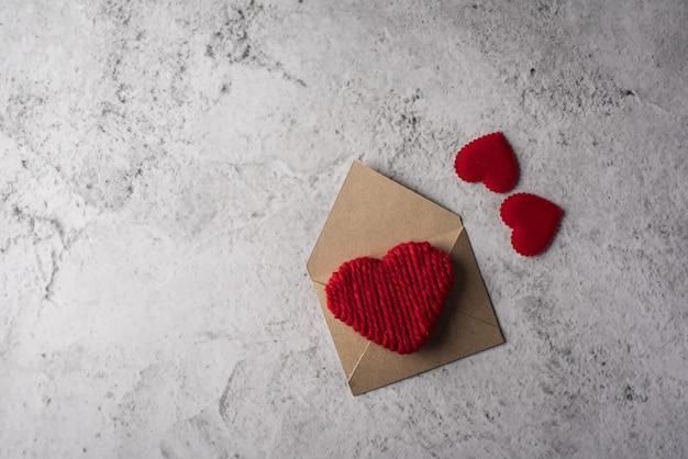 Lettre vierge sur fond de bois, concept de saint valentin Photo gratuit