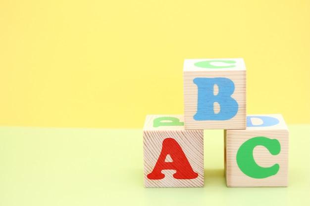 Lettres Abc Anglais Sur Des Blocs De Jouets En Bois. Photo Premium