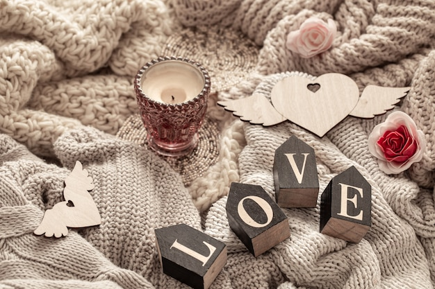 Les Lettres En Bois Composent Le Mot Amour Sur Des Articles Tricotés Confortables. Concept De Vacances De La Saint-valentin. Photo gratuit