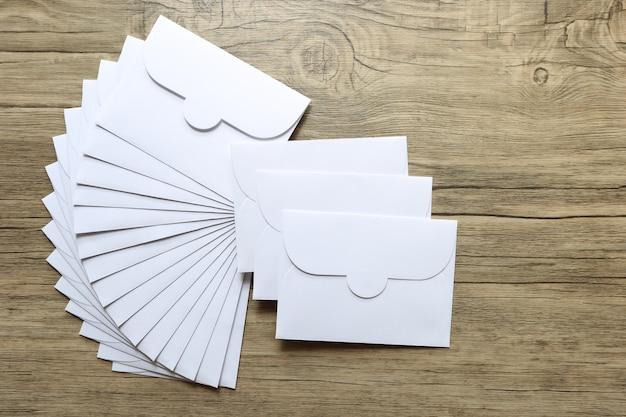 Lettres de l'enveloppe blanche sur fond en bois Photo Premium