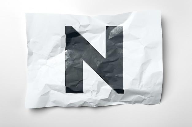 Lettres de papier froissées grunge sur blanc Photo Premium