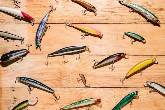 Leurres de pêche colorés sur un bureau en bois Photo gratuit