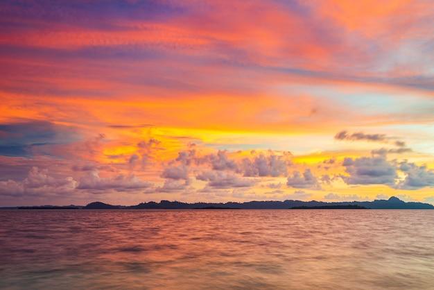 Lever Du Soleil Ciel Dramatique Sur La Mer, Plage Du Désert Tropical, Aucun Peuple, Nuages Orageux, Destination De Voyage, Indonésie îles Banyak Sumatra Photo Premium
