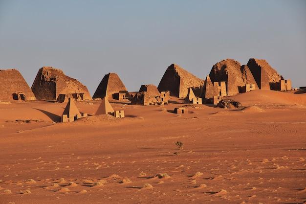 Lever Du Soleil Dans Les Anciennes Pyramides De Méroé Dans Le Désert Du Sahara, Au Soudan Photo Premium