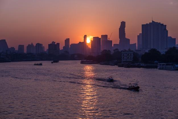 Lever du soleil sur l'horizon pittoresque à bangkok, en thaïlande, vue en contre-jour au lever du soleil avec un ciel clair rouge orange. Photo Premium