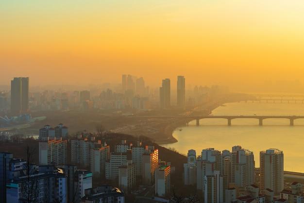Lever du soleil de la ville de séoul, corée du sud. Photo Premium