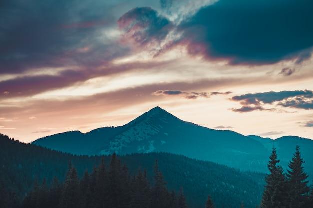 Lever De Soleil Majestueux En Montagne Photo Premium