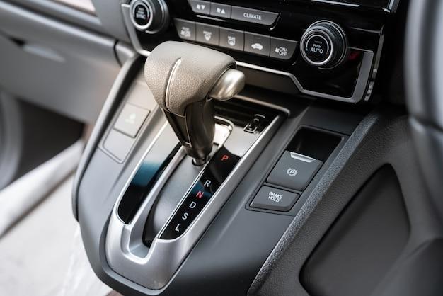 Levier de vitesse automatique d'une voiture moderne, détails de l'intérieur de la voiture. Photo Premium