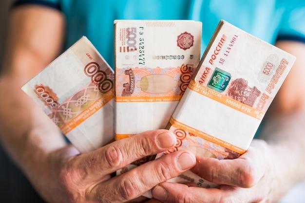Liasse de billets de cinq mille roubles russes Photo Premium