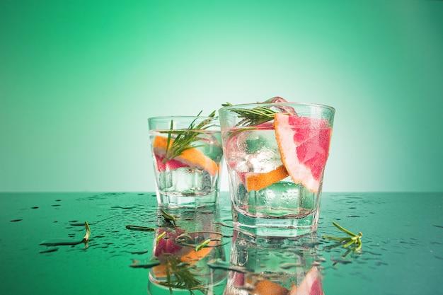 Libre D'un Cocktail De Cabillaud De Cape Ou De Canneberge De Vodka Sur Un Bleu Photo gratuit