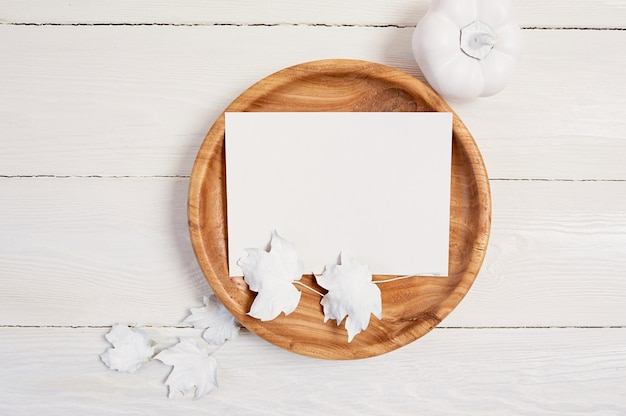 Lieu en bois avec une feuille de papier blanc. Photo Premium