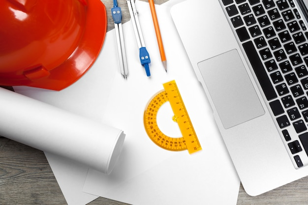 Lieu de travail d'architecte avec ordinateur portable ouvert et instruments Photo Premium