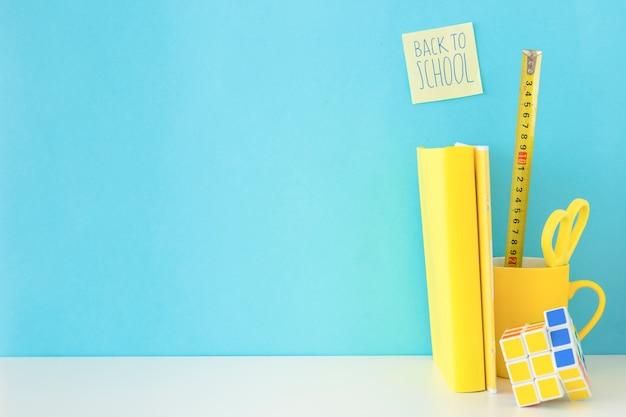 Lieu de travail bleu et jaune pour l'élève Photo gratuit