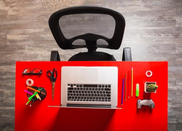 Lieu de travail de bureau avec ordinateur portable et papeterie sur
