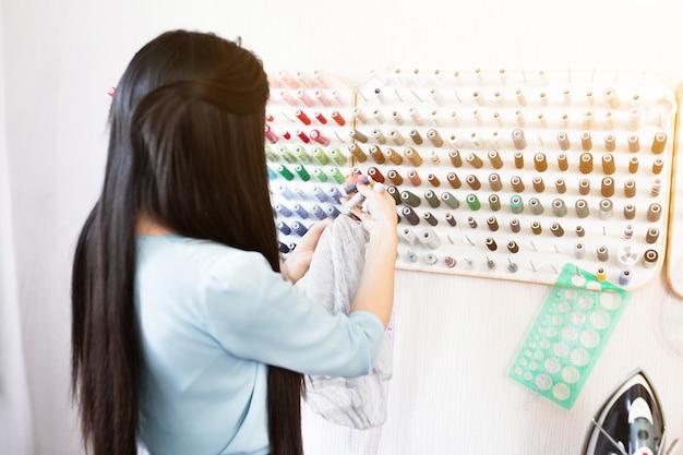 Lieu De Travail De Concepteur, Petite Entreprise Ou Démarrage. Industrie Textile Légère, Concept De Moments Créatifs Photo Premium