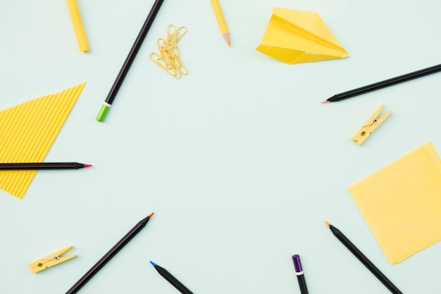 Lieu de travail avec des crayons et des notes Photo gratuit
