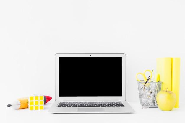 Lieu de travail créatif pour des études avec des détails jaunes Photo gratuit