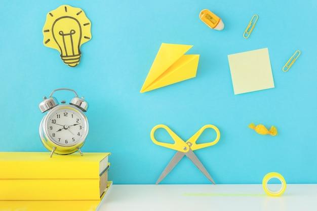 Lieu de travail créatif pour l'inspiration avec des accessoires d'écriture jaune Photo gratuit