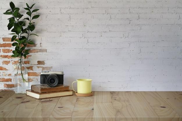 Lieu de travail et espace de copie, fournitures de table et de maquettes hipster en bois Photo Premium