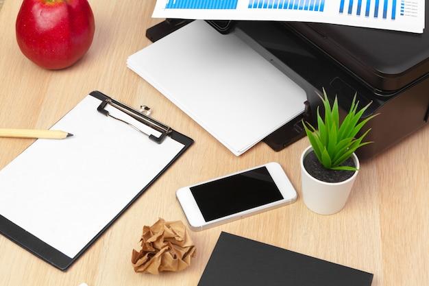 Lieu de travail d'un homme d'affaires. imprimante et autres fournitures de bureau Photo Premium