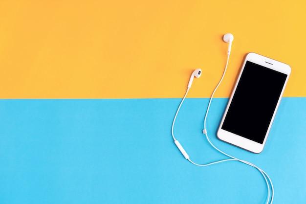 Lieu de travail moderne avec smartphone placé sur fond pastel Photo Premium