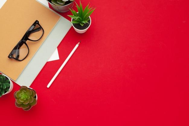 Lieu de travail moderne avec une tasse de café, vue de dessus Photo Premium