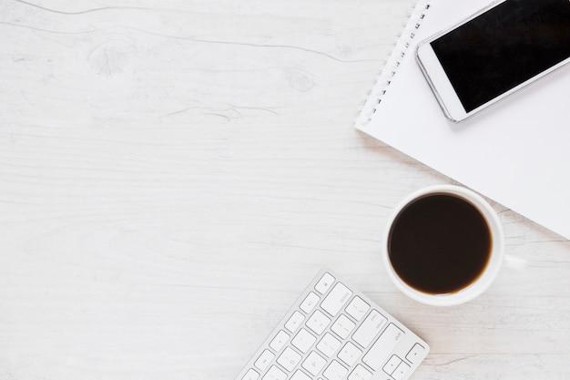 Lieu de travail avec ordinateur portable smartphone et café Photo gratuit