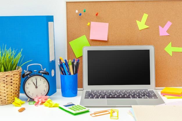 Lieu de travail d'une personne créative avec une variété d'objets de papeterie colorés Photo Premium