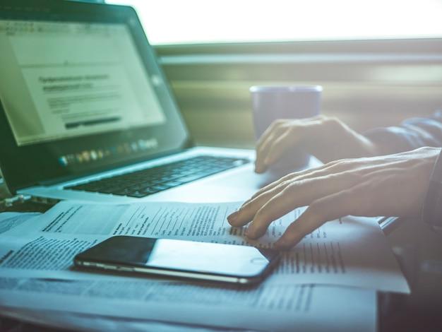 Lieu de travail sur la table dans le train, concept de voyage avec ordinateur portable Photo Premium