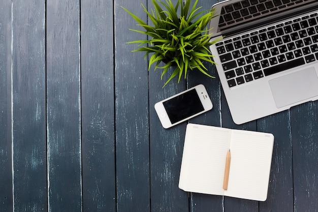 Lieu de travail, table de surface en bois Photo Premium