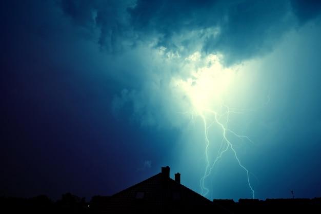 Lightning a frappé la maison. Photo gratuit