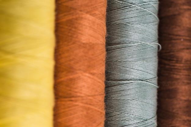 Ligne de bobine de fil de différentes couleurs Photo gratuit